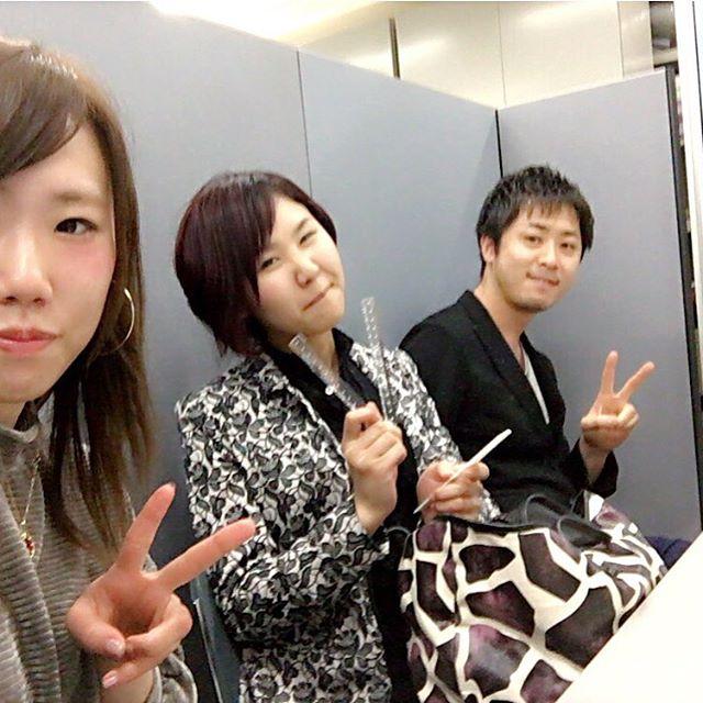本日は某ファッション雑誌で、AKB48さん等の撮影のお仕事。待合室で弊社スタッフ3人、スタンバイ中です(^^ほか総勢19人のアイドルさん達の髪の長さ、前髪、クセ毛を計測させて頂きました。朝8時にスタジオ入り。3人がかりで仕事やりましたが人数多かった為、かなり時間かかりました。汗雑誌発売したらまた載せます(^^
